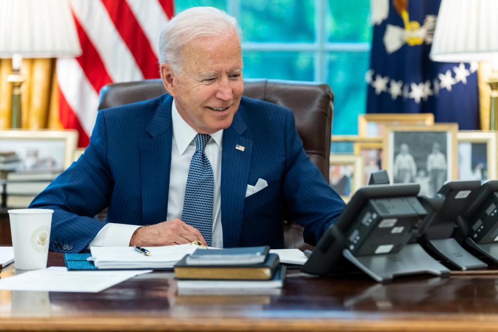 """Biden protege el programa que ampara a """"soñadores"""""""