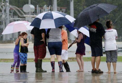 Mindy descarga lluvias en EEUU y Larry avanza a Canadá