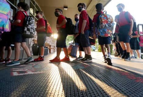 Corte falla a favor de DeSantis y permite uso de mascarillas